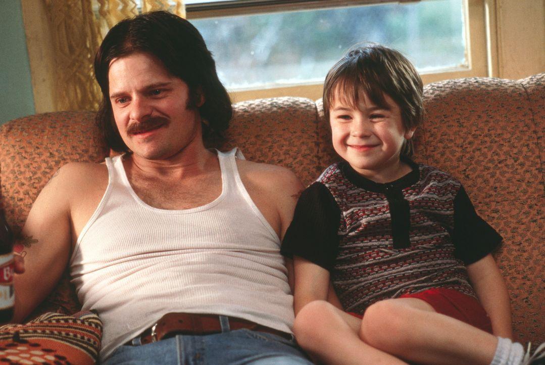 Als Ray (Steve Zahn, l.) sechs Jahre nach der Geburt ihres gemeinsamen Sohnes Jason (Cody Arens, r.) gesteht, heroinsüchtig zu sein und ihre gesamt... - Bildquelle: 2003 Sony Pictures Television International. All Rights Reserved.