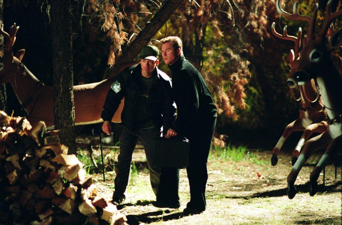 Als lang verdrängte Familiengeheimnisse eskalieren, gerät das ungleiche Ermittlerduo Harry (Robert Downey Jr., l.) und Perry (Val Kilmer, r.) in ein... - Bildquelle: 2015   Warner Brothers