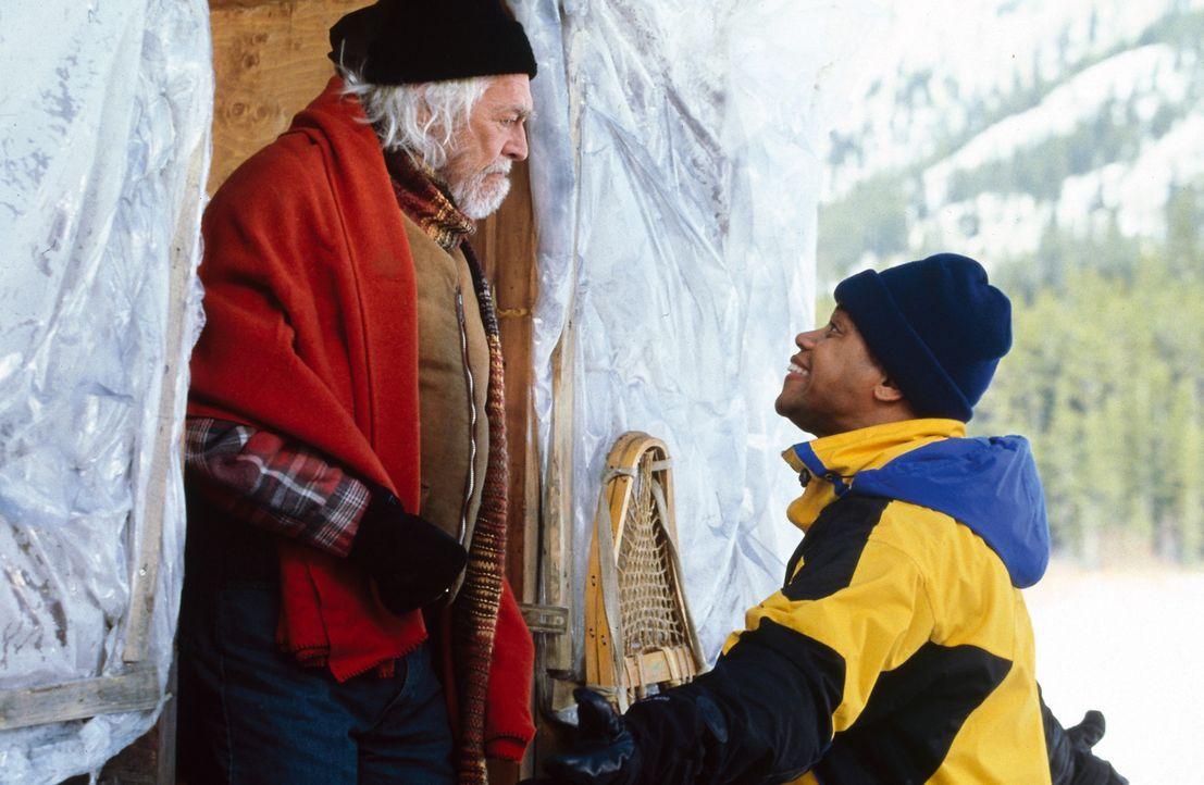 Nachdem Ted (Cuba Gooding jr., r.) erfahren hat, dass Thunder Jack (James Coburn, l.) sein leiblicher Vater ist, sucht er das Gespräch mit ihm. - Bildquelle: Disney Enterprises, Inc.