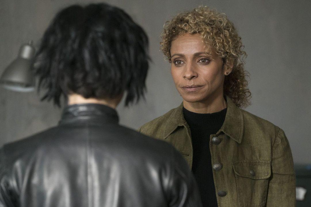 Shepherd (Michelle Hurd, r.) plant, Janes (Jaimie Alexander, l.) gesamtes Team zu ermorden, während sie dabei zusehen muss. Kann die junge Agentin d... - Bildquelle: Warner Brothers