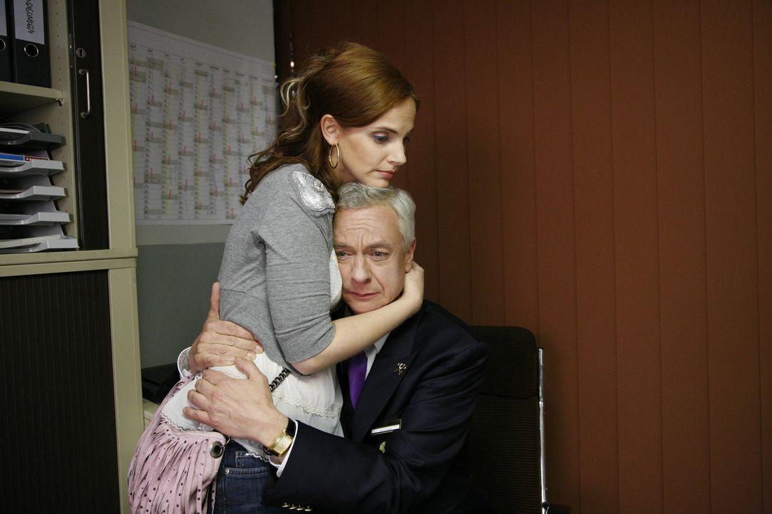 Manu (Marie Zielcke, l.) macht Marcel (Thomas Engel, r.) Mut, dass es einen Ausweg aus der Krankheit geben muss. - Bildquelle: SAT.1