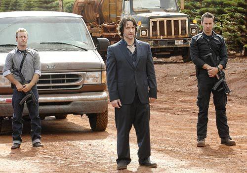 Der Polizist Meka, ein ehemaliger Kollege von Danno (Scott Caan, l.), wird auf grausame Weise ermordet. Steve (Alex O'Loughlin, r.) und sein Team ve... - Bildquelle: CBS Studios Inc
