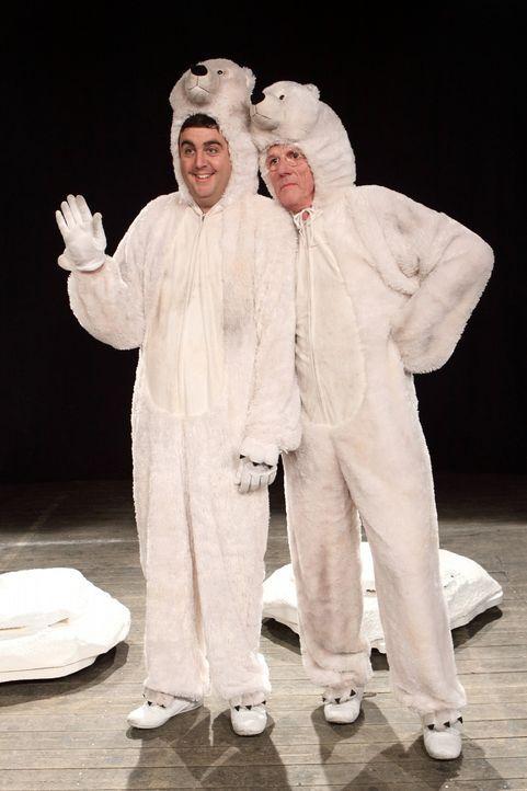 Höhepunkte deutschen Theaterschaffens: Bastian (Bastian Pastewka, l.) und Jos (Freek de Jonge, r.) zeigen ihre beeindruckende Eisbären-Pantomime ... - Bildquelle: SAT.1