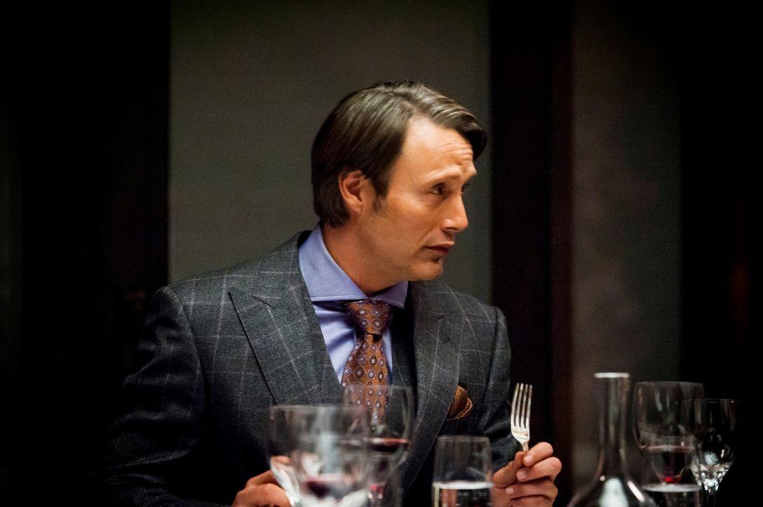 Crawford ist zusammen mit seiner Frau Bella bei Hannibal (Mads Mikkelsen) zum Dinner eingeladen. Der Psychiater merkt schnell, dass es zwischen den... - Bildquelle: Brooke Palmer 2012 NBCUniversal Media, LLC