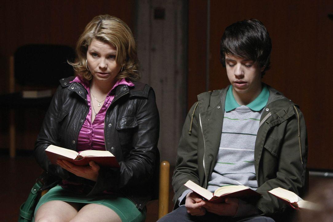 Danni (Annette Frier, l.) hat einen neuen Fall und der erweist sich als besonders schwierig, denn die 15-jährige Mia will nicht mit ihrer Mutter na... - Bildquelle: SAT.1