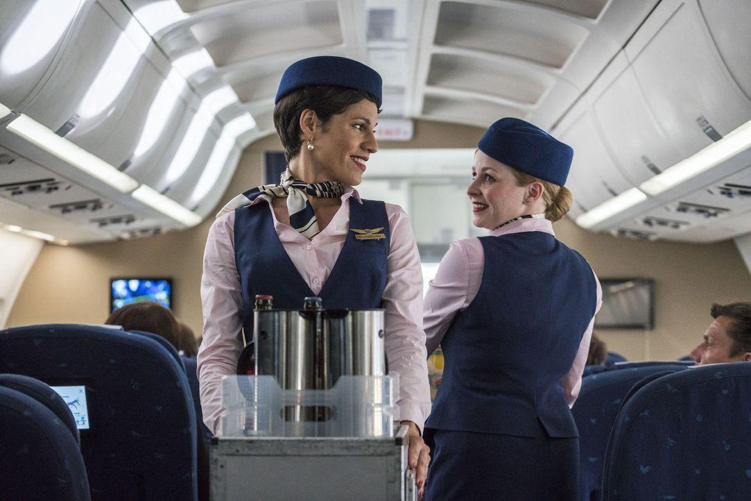 Noch ist die Welt der beiden Flugbegleiterinnen Charlotte (Jasmin Gerat, l.) und Feli (Jasmin Schwiers, r.) in Ordnung, doch dann verliebt sich Char... - Bildquelle: Oliver Vaccaro SAT.1