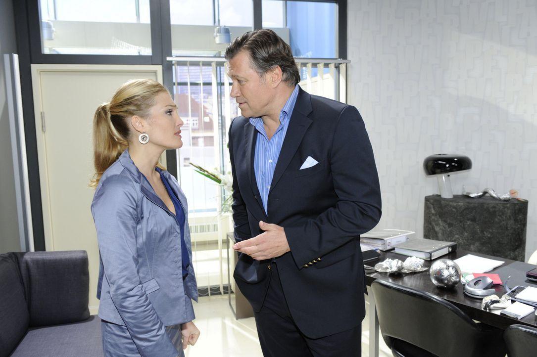 Richard (Robert Jarczyk, r.) setzt Annett (Tanja Wenzel, l.) unter Druck, Mia für die Homestory zu gewinnen ... - Bildquelle: SAT.1