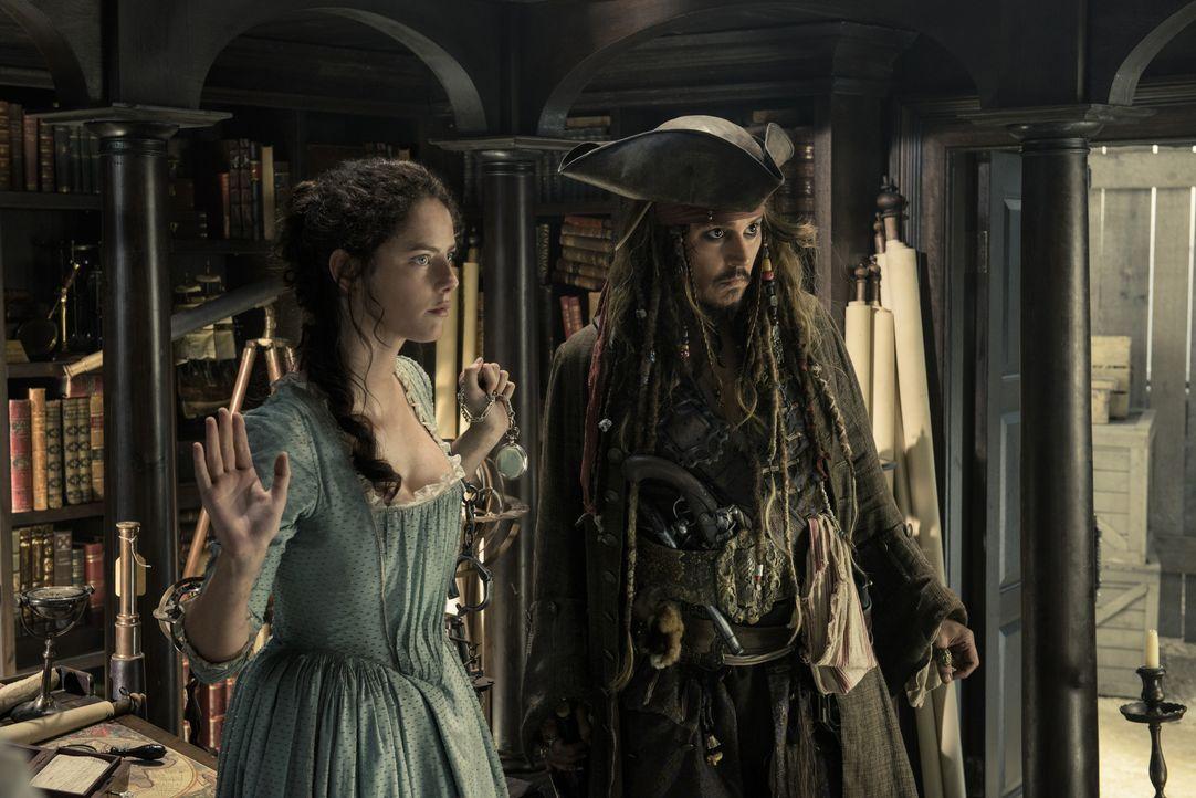 Carina Smyth (Kaya Scodelario, l.); Captain Jack Sparrow (Johnny Depp, r.) - Bildquelle: Peter Mountain Disney Enterprises, Inc. All Rights Reserved. / Peter Mountain