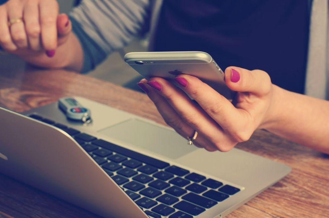 2. Handy beiseitelegenErscheint einleuchtend: Legen wir während eines Gesprä... - Bildquelle: Pixabay