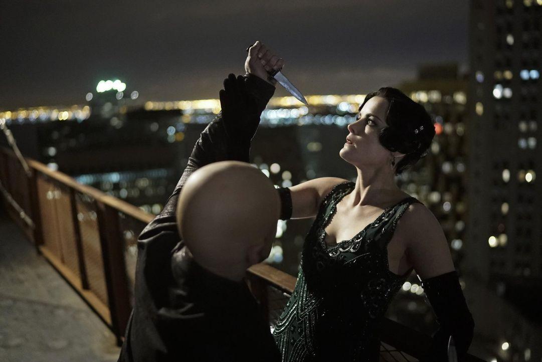 Noch ahnt Jane (Jaimie Alexander, r.) nicht, dass sie nur unbedeutender Teilnehmer in einem schizophrenen Spiel ist ... - Bildquelle: Warner Brothers