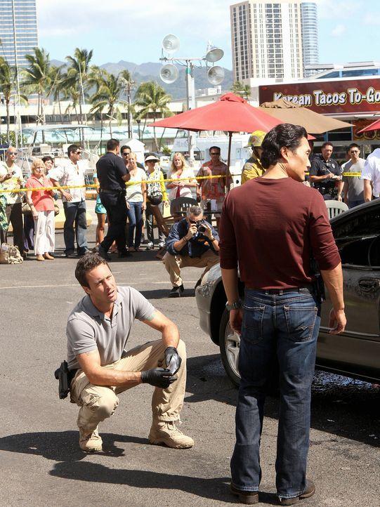 Während Danny überraschend Besuch von seinem Bruder bekommt, sind Steve (Alex O'Loughlin, l.) und Chin (Daniel Dae Kim, r.) auf Suche nach einem K... - Bildquelle: 2011 CBS BROADCASTING INC.  All Rights Reserved.