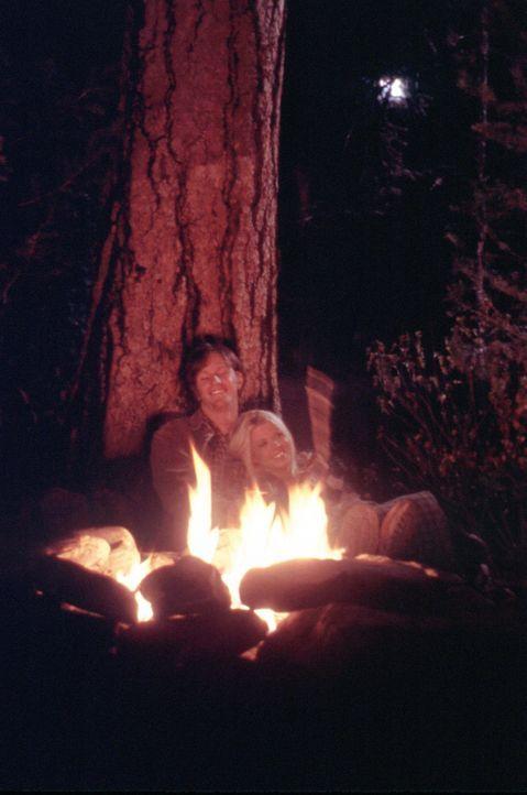 Noch sind Julianne (Tara Reid, r.) und Mitch (Kip Pardue, l.) glücklich und zufrieden auf ihrer einsamen Insel. Doch als der jungen Frau nach einig... - Bildquelle: Splendid Pictures