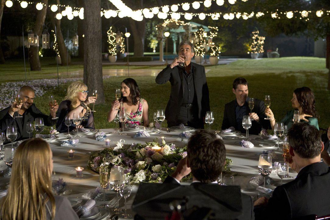 Feiern mit Will und JJ ihren ganz besonderen Tag: Morgan (Shemar Moore, l.), Penelope (Kirsten Vangsness, 2.v.l.), Prentiss (Paget Brewster, 3.v.l.)... - Bildquelle: ABC Studios