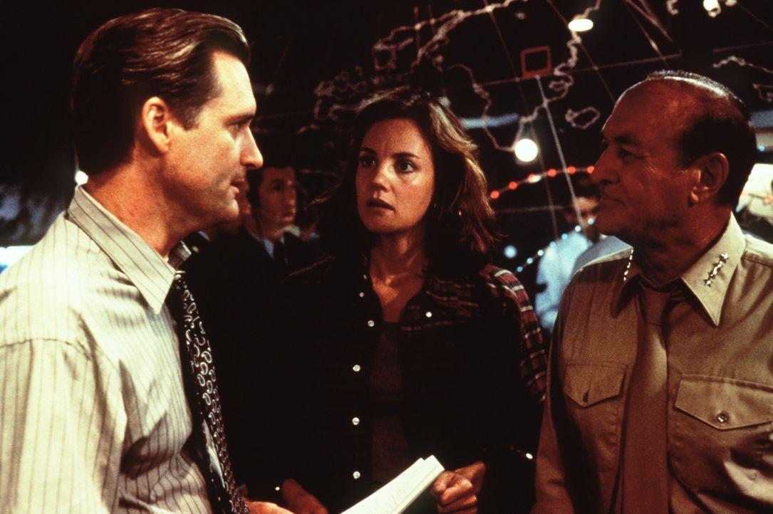 Zum Entsetzen seiner Beraterin Constance Spano (Margaret Colin, M.) will Präsident Whitmore (Bill Pullman, l.) mit Hilfe von General Grey (Robert L... - Bildquelle: 20th Century Fox Film Corporation