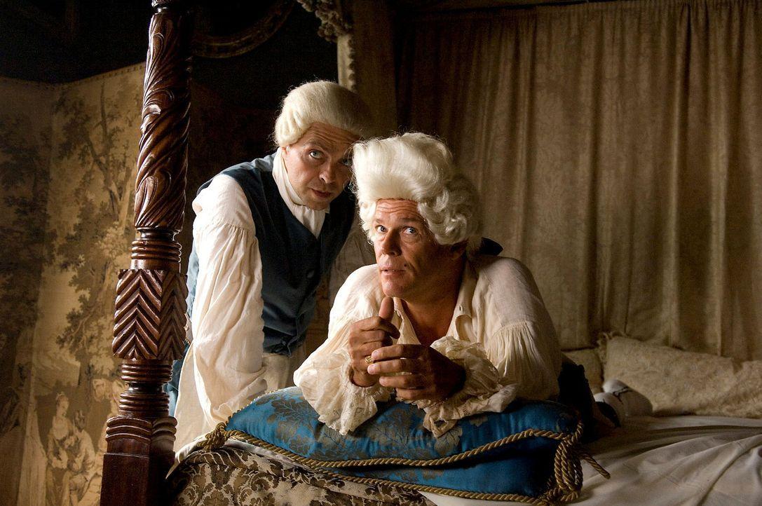 Es gelingt Jim, den einflussreichen und wohlhabenden Adeligen John Trelawney (Christian Tramitz, r.) und den Dorfarzt Dr. Livesey (Aleksandar Jovano... - Bildquelle: ProSieben