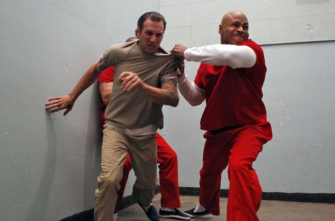 um die Hintermänner einer terroristischen Vereinigung zu entlarven, geht Sam (LL Cool J, r.) undercover ins Gefängnis ... - Bildquelle: CBS Studios Inc. All Rights Reserved.