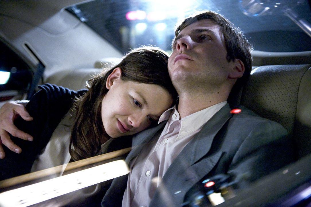 """David (Daniel Brühl, r.) begeistert mit """"seinem"""" Roman Kritiker und Publikum. Vor allem aber die schöne Marie (Hannah Herzsprung, l.) hat sich nic... - Bildquelle: Warner Brothers"""