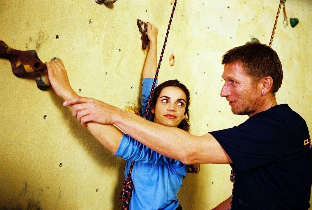Sandra (Rebecca Immanuel, l.) lässt sich von Edgar (Michael Fitz, r.) an der Kletterwand gerne helfen. - Bildquelle: Hardy Spitz Sat.1