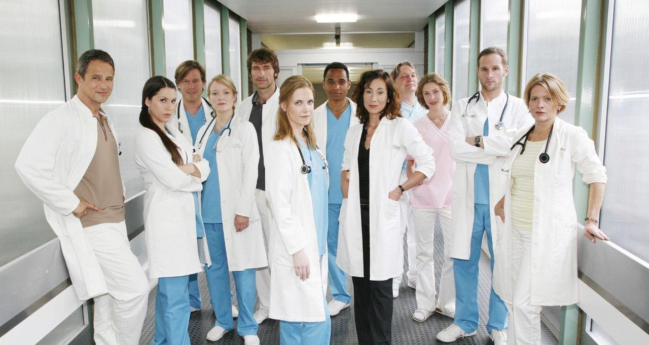 "Das ""Klinik am Alex""-Team: Dr. Stephan Roth (Andreas Brucker), Dr. Hülya Gül (Eva-Maria Reichert), Christian von Uhlen (Tobias Kay), Doris Manefel... - Bildquelle: Mosch Sat.1"