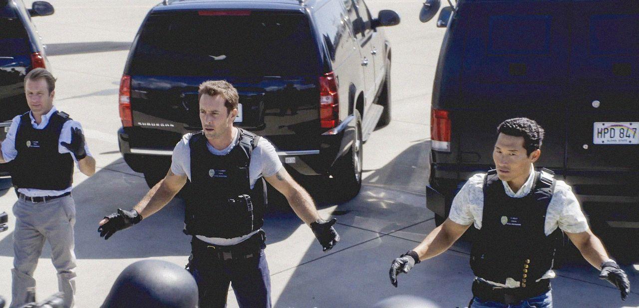 Bei einem Einsatz geraten Danny (Scott Caan, l.), Steve (Alex O'Loughlin, M.) und Chin (Daniel Dae Kim, r.) selbst in große Gefahr ... - Bildquelle: 2013 CBS Broadcasting Inc. All Rights Reserved