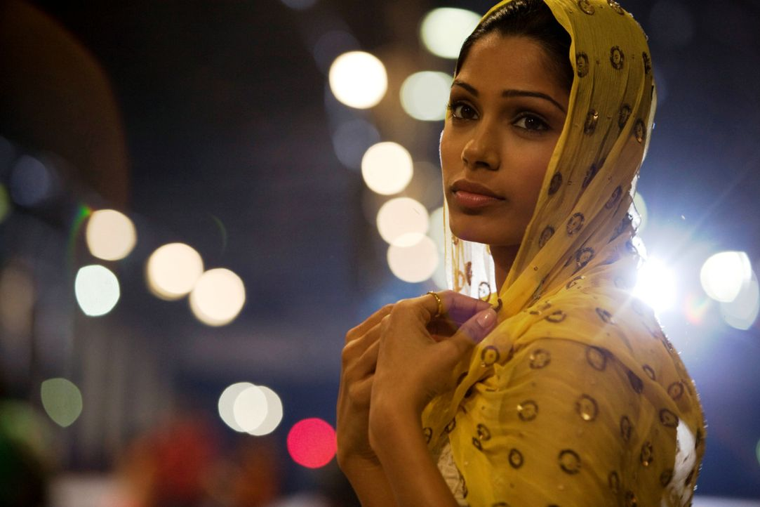Plötzlich sieht Latika (Freida Pinto) den für immer verloren geglaubten Jamal in einem Fernseher eines Fernsehgeschäftes in Mumbai ... - Bildquelle: 2009 PROKINO Filmverleih GmbH