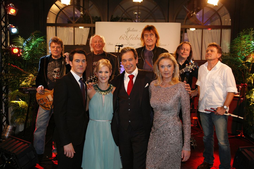 Die Überraschung ist gelungen: Die Phudys spielen zu Julius 60. Geburtstag. Mark (Arne Stephan, vorne l.), Alexandra (Ivonne Schönherr, vorne 2.v.... - Bildquelle: SAT.1