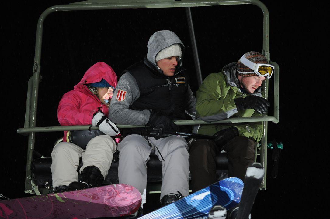 Als sie auf der letzten Fahrt im Skilift vergessen werden, beginnt für die Studenten Joe (Shawn Ashmore, r.), Dan (Kevin Zegers, M.) und Parker (Emm... - Bildquelle: Fred Hayes Frostbite Features, Inc.