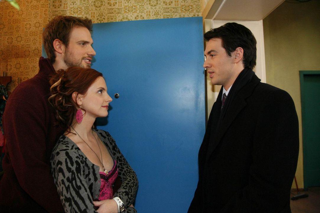 Manu (Marie Zielcke, M.) kommt zuversichtlich aus dem Kurzurlaub mit Daniel und Knut (Christian Feist, l.) zurück, nicht ahnend, was sie mit ihrer... - Bildquelle: SAT.1