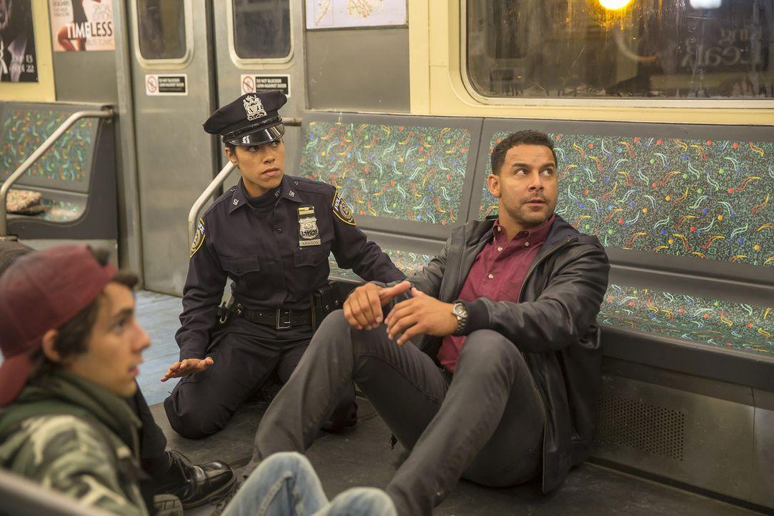 Für das Team um Beckett und Castle beginnt ein Wettlauf mit der Zeit, um Dustin (Justin Cone, l.), Detective Esposito (Jon Huertas, r.) und Officer... - Bildquelle: ABC Studios