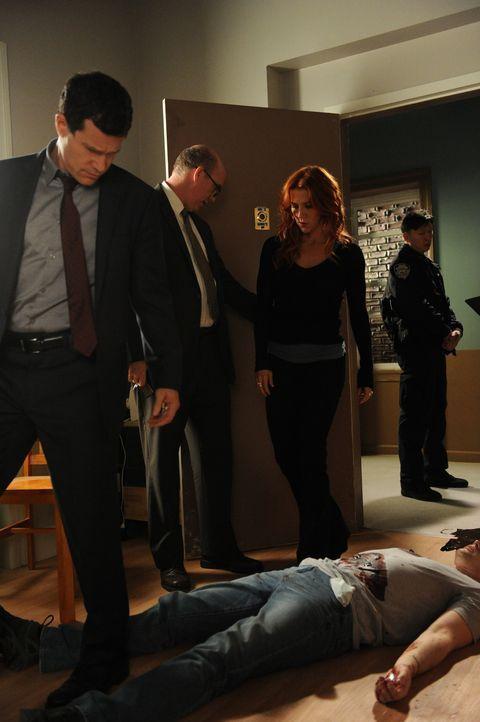 Müssen einen Mordfall aufklären: Carrie (Poppy Montgomery, 2.v.r.), Al (Dylan Walsh, l.) und Mike (Michael Gaston, 2.v.l.) ... - Bildquelle: 2011 CBS Broadcasting Inc. All Rights Reserved.