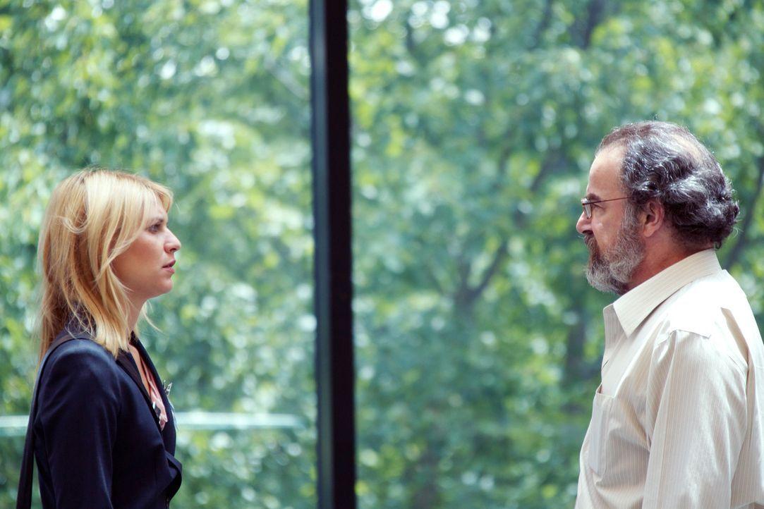 Carrie (Claire Danes, l.) wird immer unsicherer, ob sie überhaupt noch auf Saul (Mandy Patinkin, r.) zählen kann ... - Bildquelle: 2011 Twentieth Century Fox Film Corporation. All rights reserved.