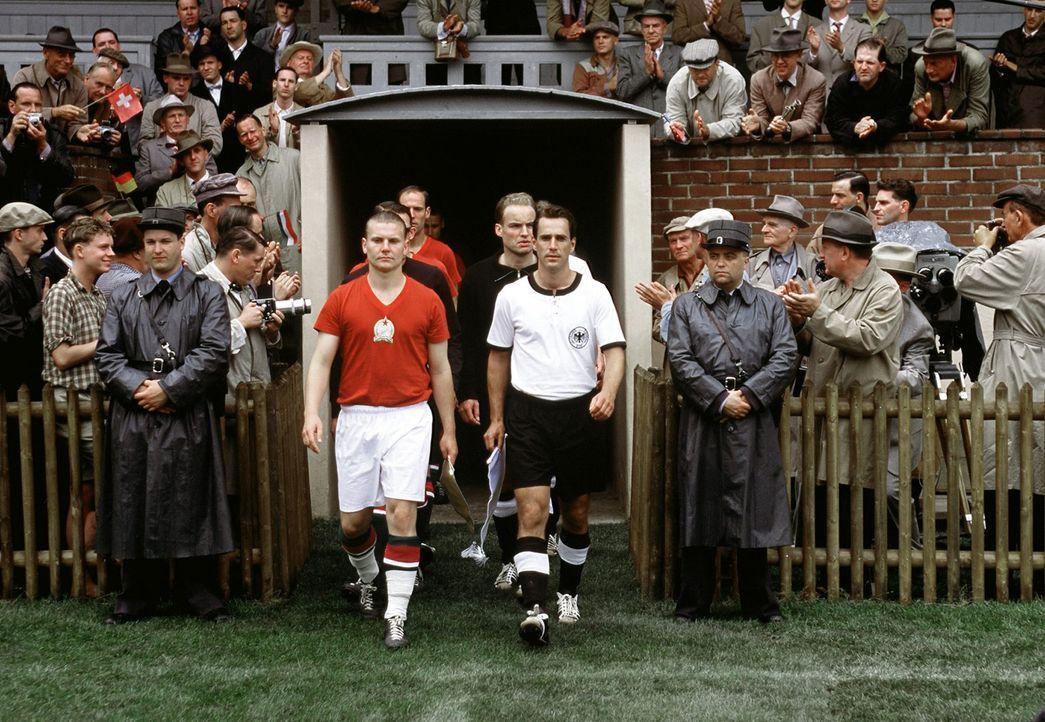 4. Juli 1954, Wankdorfstadion in Bern: Die Kapitäne Fritz Walter (Knut Hartwig, r.) und Ferenc Puskas (Henrik Bemboom, l.) führen ihre Mannschaften... - Bildquelle: Senator Film
