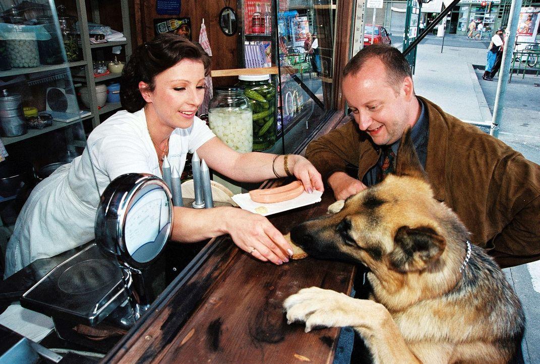 Kunz (Martin Weinek, r.) und Rex nehmen einen Imbiss am Würstelstand von Elli Lischka (Bettina Redlich, l.). - Bildquelle: Sat.1