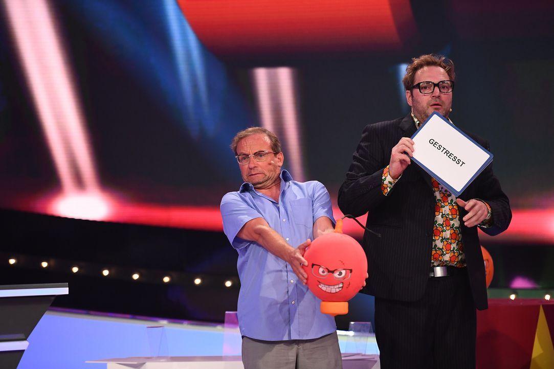 """Ist  Wigald Boning (l.) beim """"Comedy Spieleabend"""" von Paul Panzer (r.) leicht gestresst? Bei den Spielen gibt der Comedien Vollgas, um mit seinem Te... - Bildquelle: Willi Weber SAT.1"""