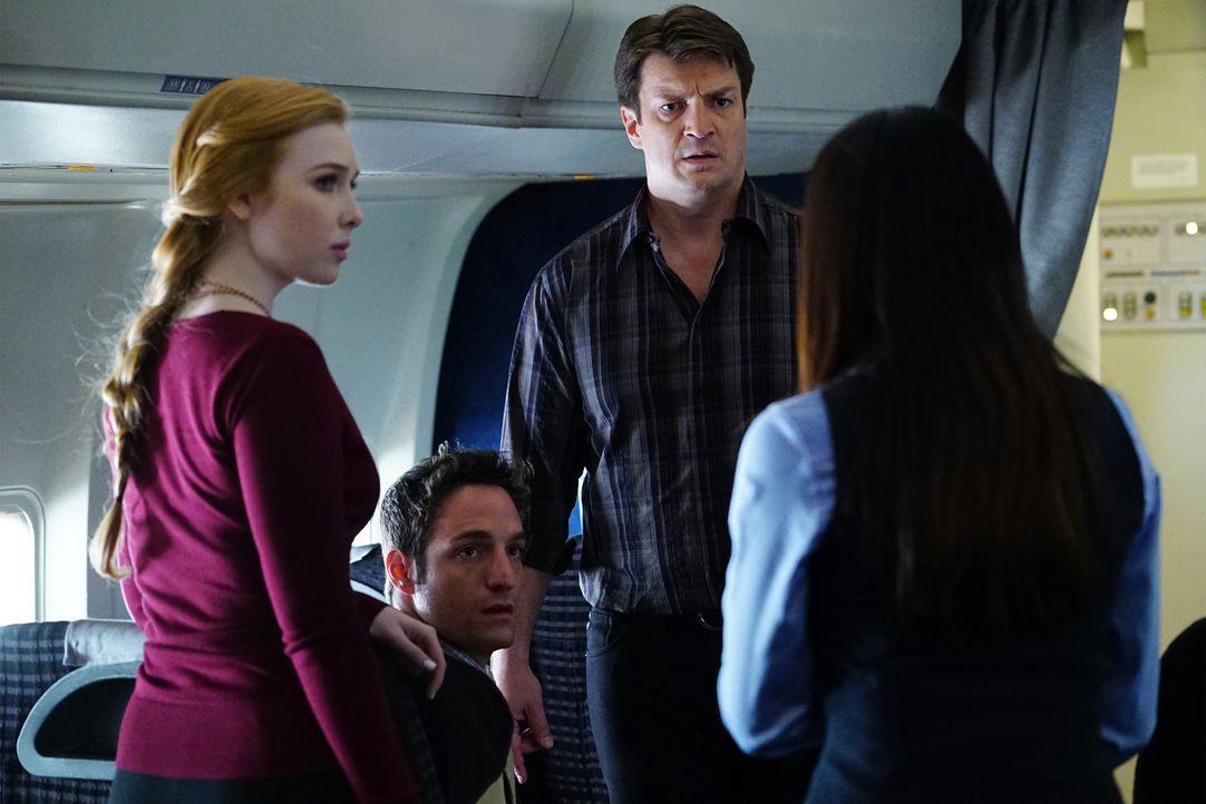 Als herauskommt, wer wirklich am Mord des Marshalls Schuld ist, sind Alexis (Molly C. Quinn, l.), Aaron (Ben D. Goldberg, 2.v.l.) und Castle (Nathan... - Bildquelle: Richard Cartwright ABC Studios