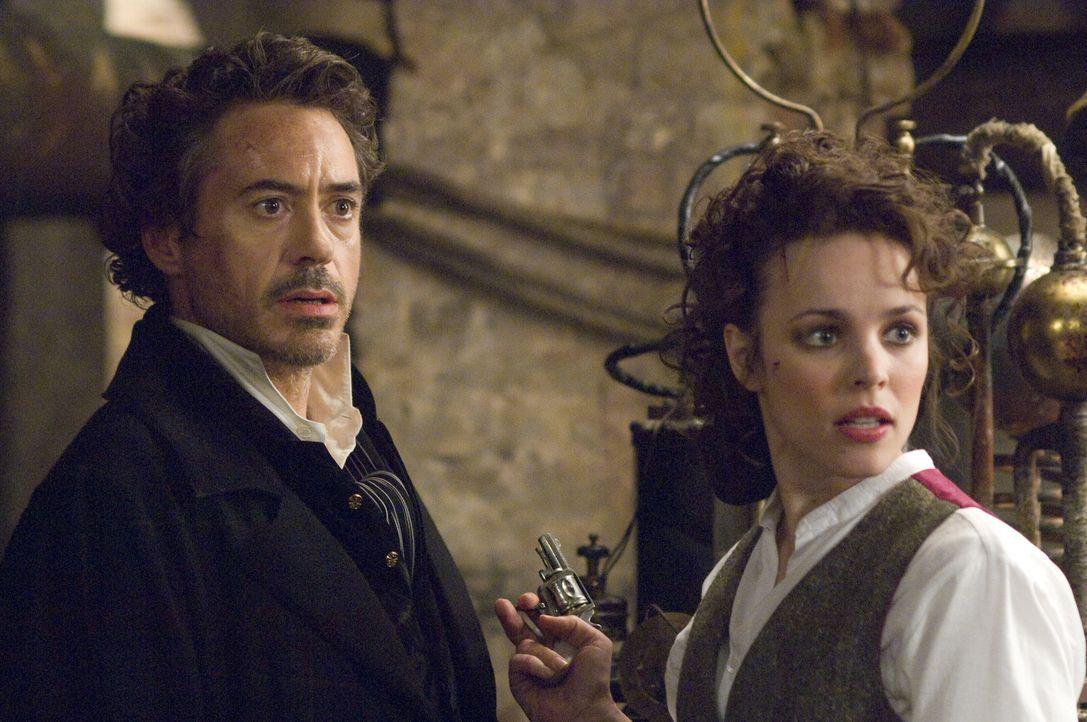 Seine Beziehung zu der schönen Amerikanerin Irene Adler (Rachel McAdams, r.) ist das einzige Rätsel, das er nicht lösen kann: Meisterdetektiv Sherlo... - Bildquelle: Warner Brothers