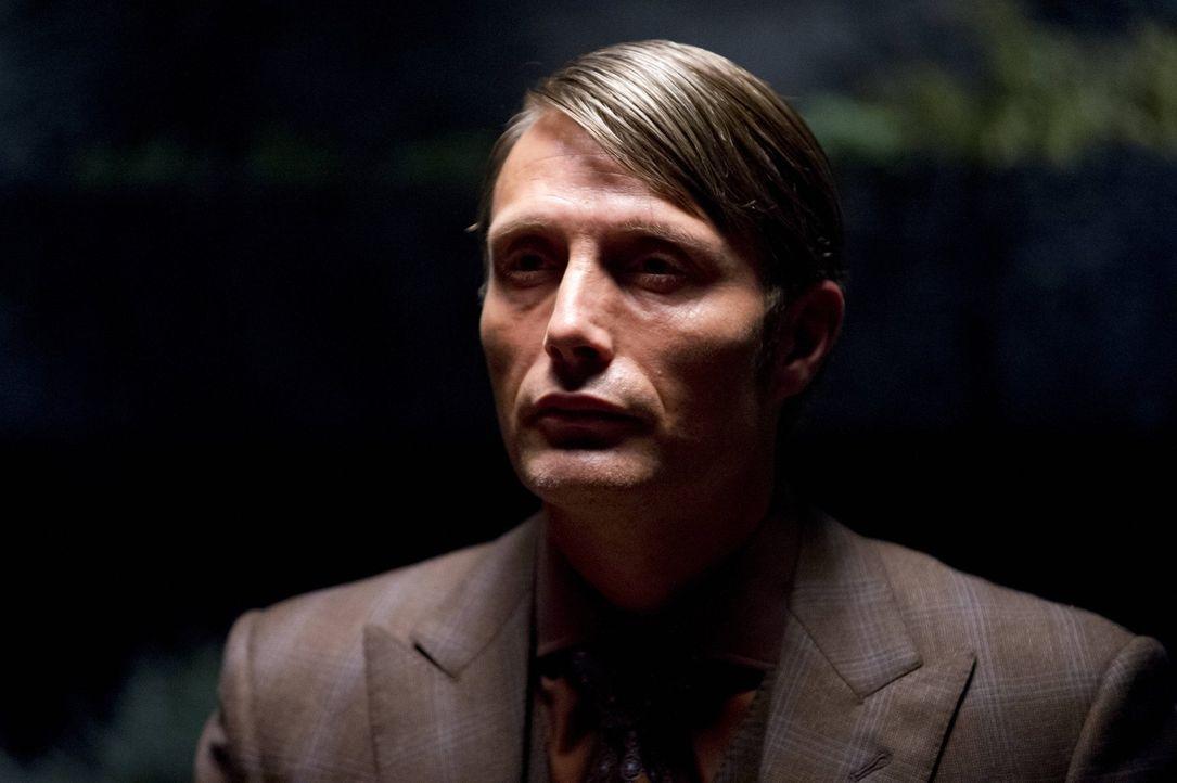 Hütet ein düsteres Geheimnis: Dr. Hannibal Lecter (Mads Mikkelsen) - Bildquelle: 2012 NBC Universal Media, LLC