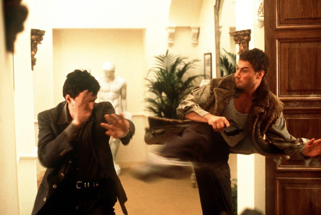 Unnachgiebig verfolgt Jack (Jean-Claude Van Damme, r.) den gefährlichen Top-Terroristen Stavros nach Rom. Doch dann entführt dieser Jacks schwange... - Bildquelle: Columbia TriStar