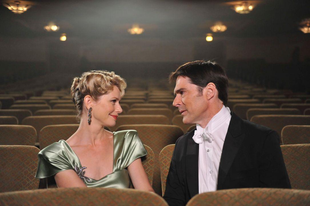 Hat während er um sein Leben kämpft, Visionen von seiner verstorbenen Ehefrau Haley (Meredith Monroe, l.): Hotch (Thomas Gibson, r.) ... - Bildquelle: ABC Studios