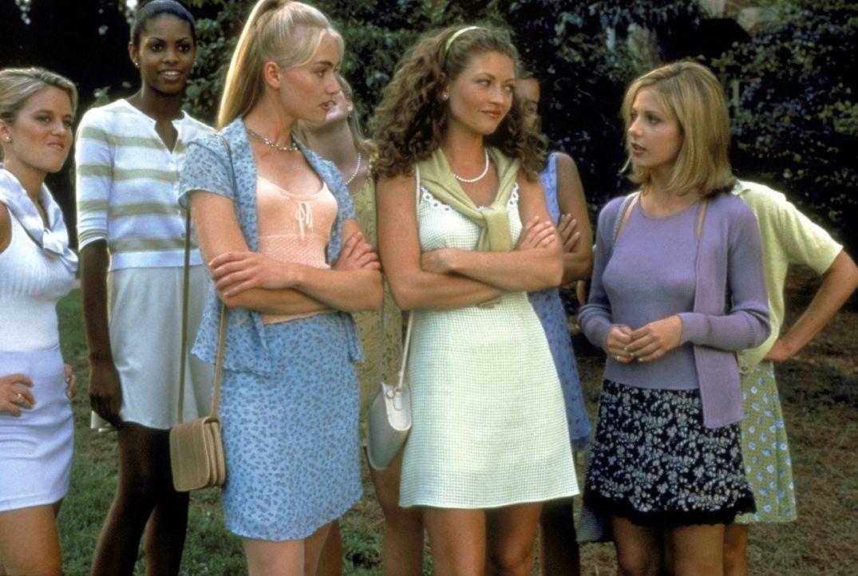 Die Ereignisse am Windsor College überschlagen sich: Die Studentinnen Murphy (Portia de Rossi, l.), Lois (Rebecca Gayheart, M.) und Cic (Sarah Miche... - Bildquelle: Kinowelt Filmverleih GmbH 1997