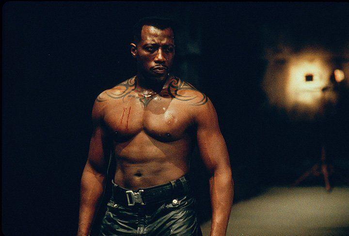Mit übermenschlichen Kräften ausgestattet, aber auch mit unstillbarem Durst nach Blut: Blade (Wesley Snipes)! - Bildquelle: Warner Bros.