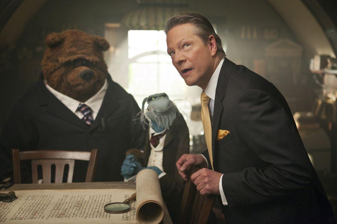 Der fiese Chris Cooper (Tex Richman, r.) versucht alles, um die Spendenshow der Muppets zu sabotieren. Seine untergebenen Gehilfen Bobo der Bär (l.)... - Bildquelle: The Muppets Studio, LLC. All rights reserved