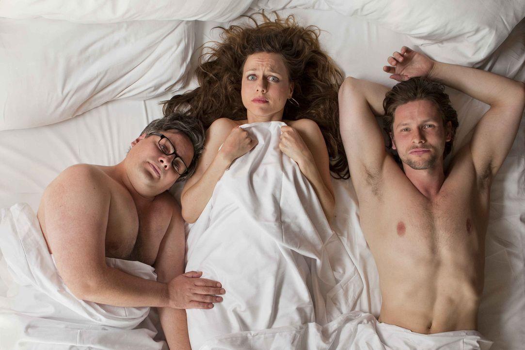 Steuerberatungskanzleichefin Kerstin (Nadja Becker, M.) wacht nach der Betriebsfeier im Bett mit ihrem verhassten Konkurrenten Simon (Bert Tischendo... - Bildquelle: SAT.1