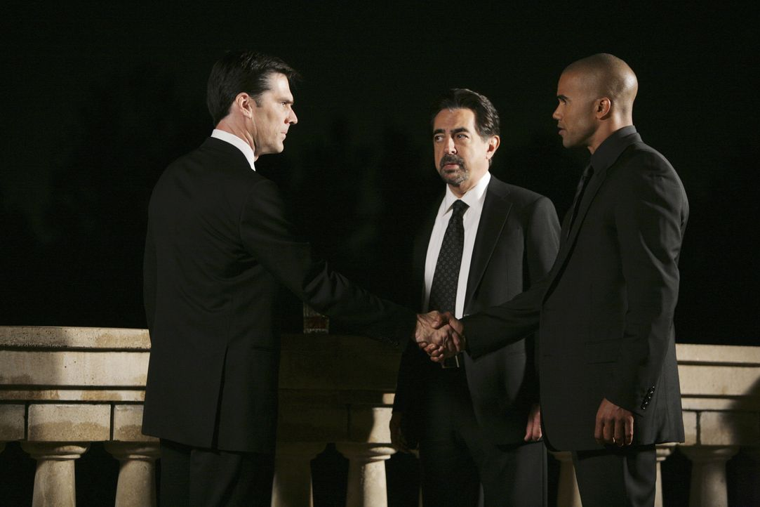 Kurz nachdem Hotchners (Thomas Gibson, l.) Frau Haley beerdigt wurde, wird das Team um Morgan (Shemar Moore, r.) und Rossi (Joe Mantegna, M.) und na... - Bildquelle: Touchstone Television