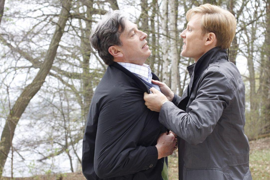 """Philip (Philipp Romann, r.) wird von Julius (Günter Barton, l.) vor die Wahl gestellt: Entweder Philip verlässt das """"Aden"""" für immer - oder Phili... - Bildquelle: SAT.1"""