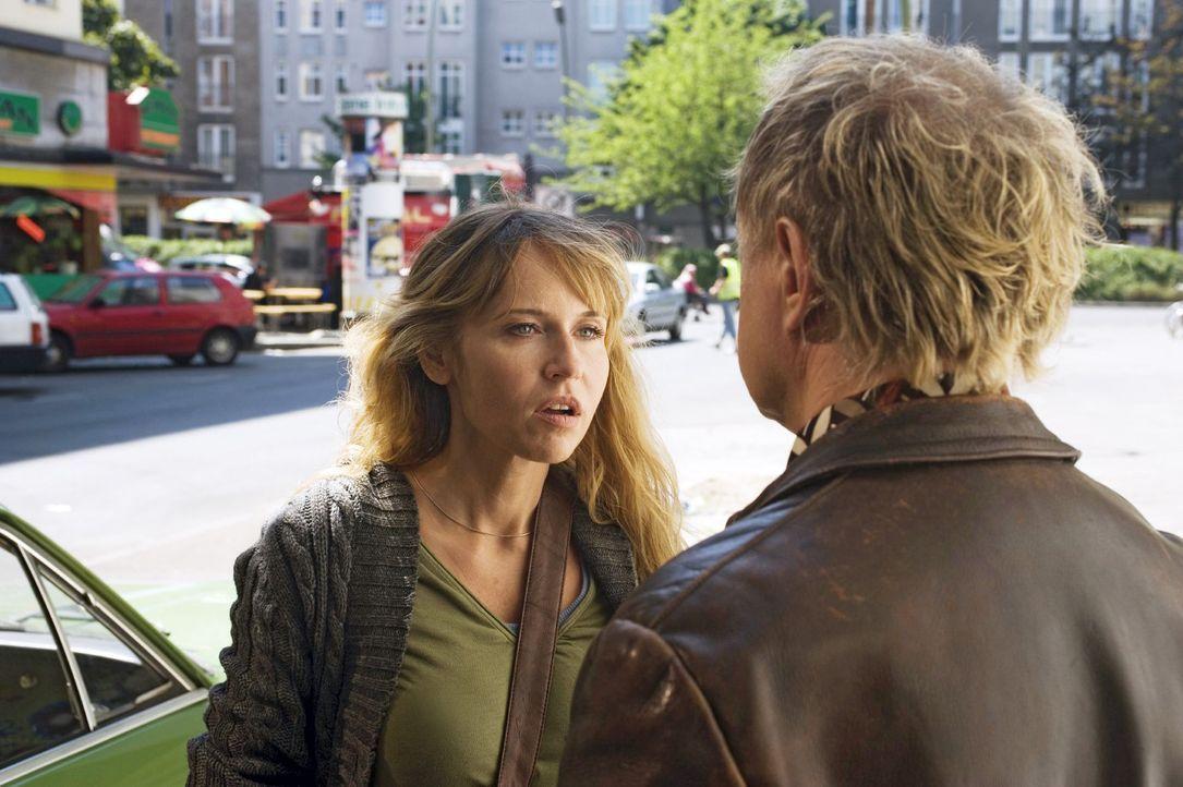Ellen (Anica Dobra, l.) vermutet hinter einem nett gemeinten Kompliment von Carlo (Uwe Ochsenknecht, r.) eine niederträchtige Strategie ... - Bildquelle: Sat.1