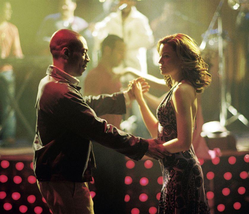 """Entwickelt der """"Außerirdische"""" Dave (Eddie Muphy, l.) für die hübsche Gina Morrison (Elizabeth Banks, r.) zwischenmenschliche Gefühle? - Bildquelle: Kinowelt GmbH"""