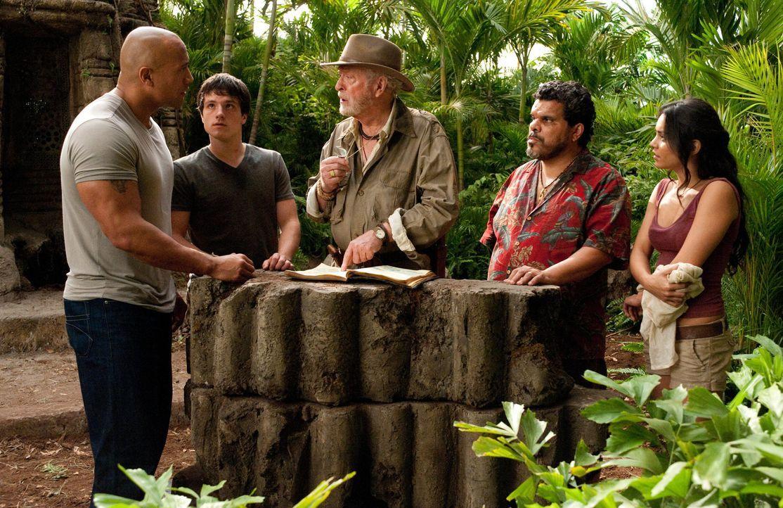 Müssen nach einem Weg von der geheimnisvollen Insel finden, als sie merken, dass diese droht, unterzugehen: (v.l.n.r) Hank (Dwayne Johnson), Sean (J... - Bildquelle: Warner Bros.