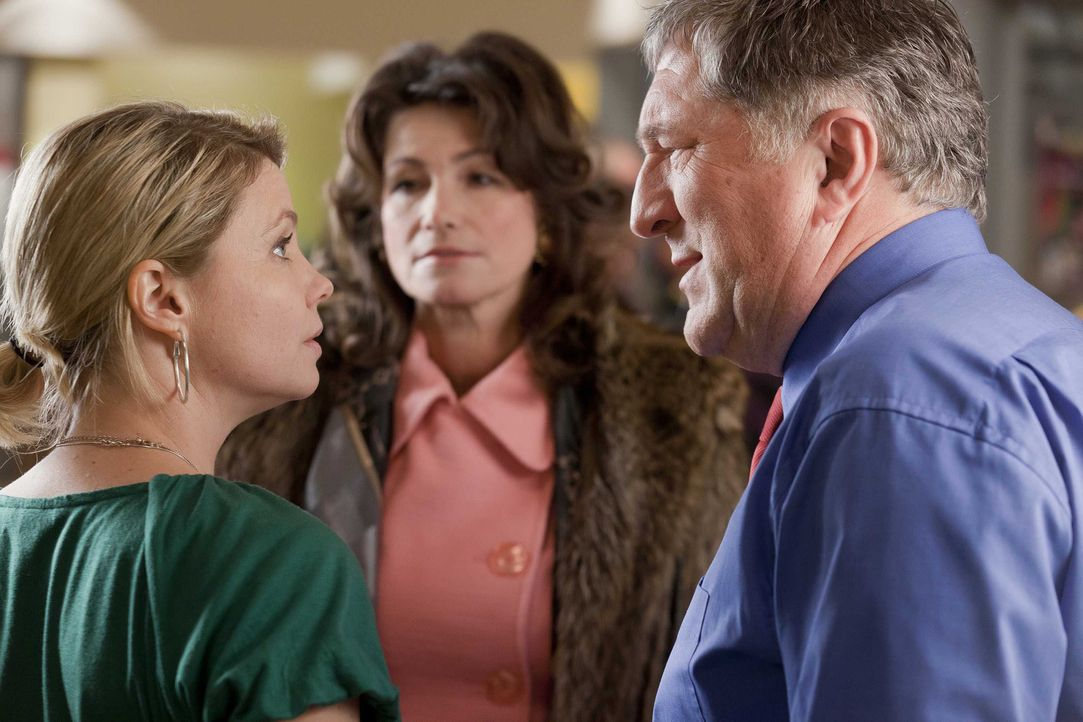 Danni (Annette Frier, l.) hat einen neuen Fall und dabei versucht sie Beweise zu finden die belegen, dass Oberbürgermeister Schade (Veit Stübner,... - Bildquelle: SAT.1