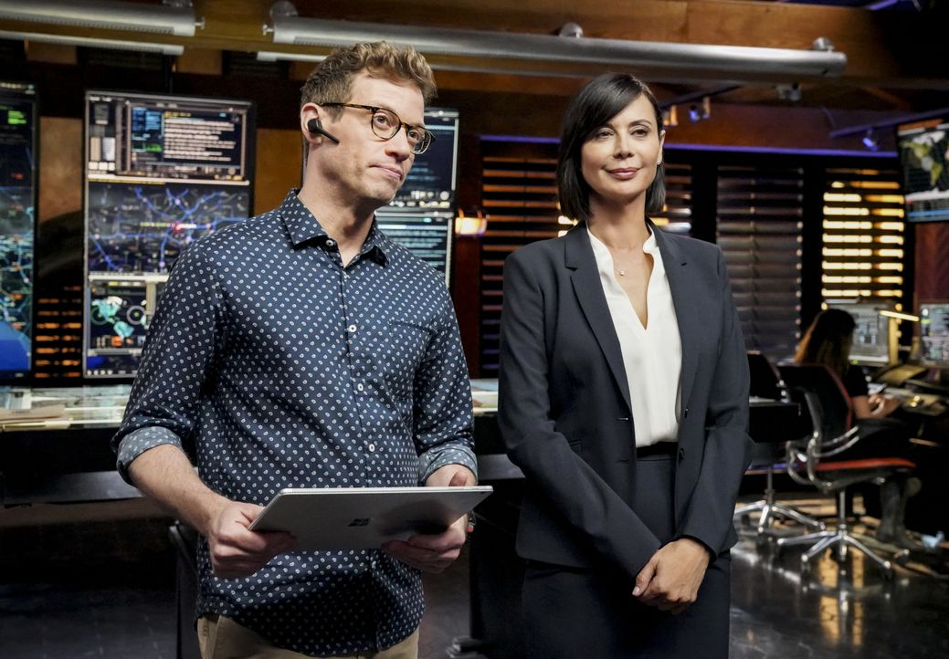 "Eric Beale (Barrett Foa, l.); Sarah ""Mac"" Mackenzie (Catherine Bell, r.) - Bildquelle: Bill Inoshita 2019 CBS Broadcasting, Inc. All Rights Reserved / Bill Inoshita"
